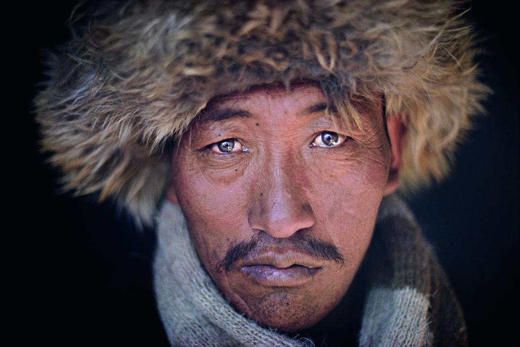 Ethnologie / Kirghizes (peuplade turcophone díAsie centrale). Dans le corridor de Wakhan du massif du Pamir au nord-est de líAfghanistan, province de Badakhchan : portrait díun Kirghize dans sa yourte. Photo, hiver 1970/71.