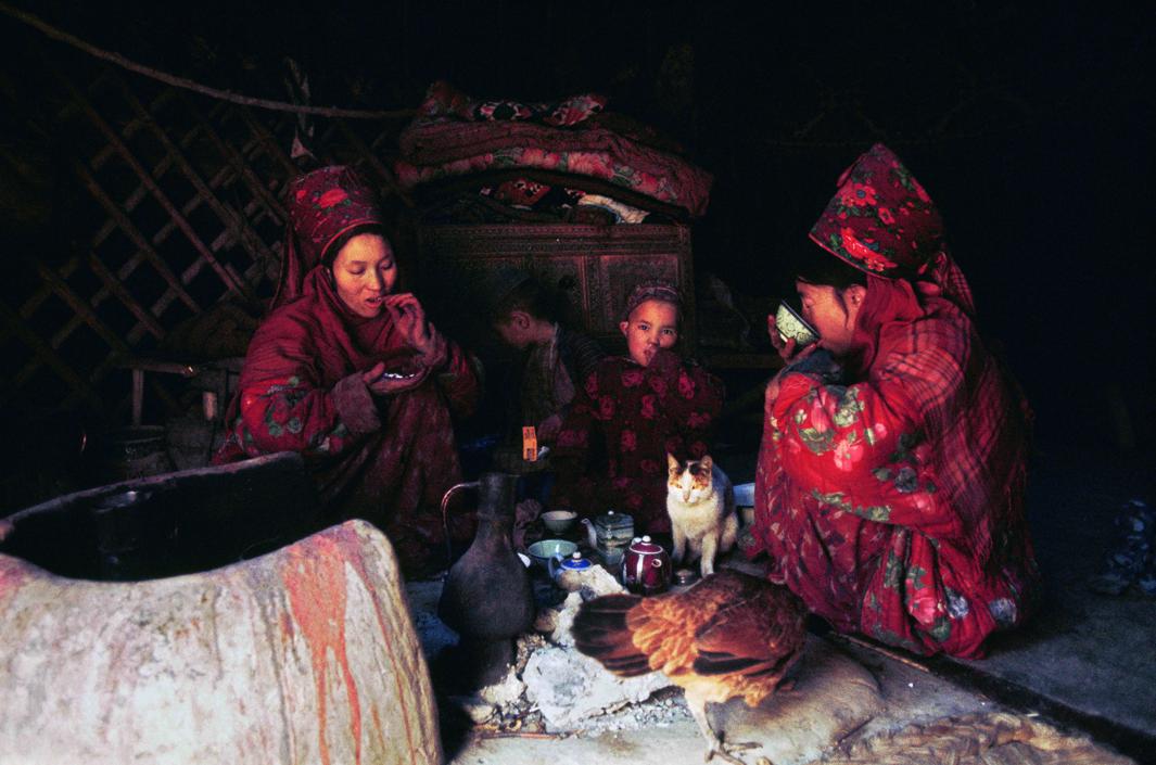 Ethnologie / Asie / Afghanistan. TurkmËnes avec leurs enfants prenant le thÈ dans leur yourte.